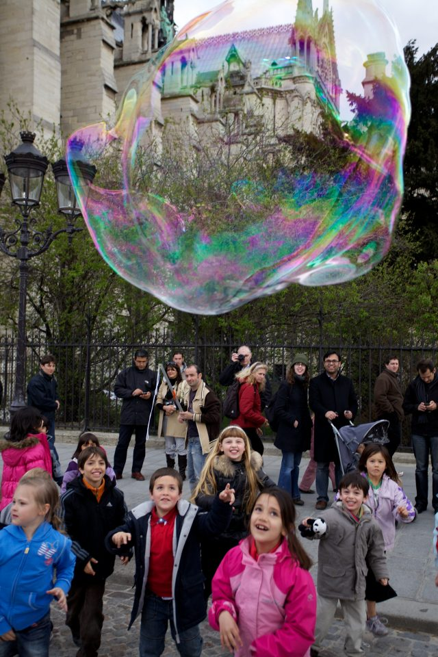 Bubble and Children at Cathédrale Notre Dame