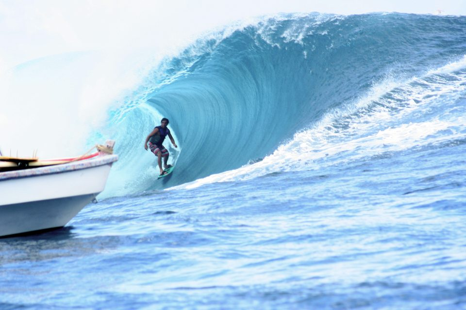 big wave surfing teahupoo